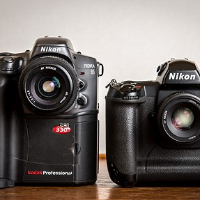 I have here a comparison between the Kodak DCS 330 (1999) and the Nikon D1 (1999-2000)